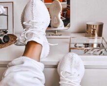 В Сети набирает популярность легкий способ вернуть чистоту белым кроссовкам