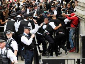Протестующие в Лондоне попытались прорваться в резиденцию премьера