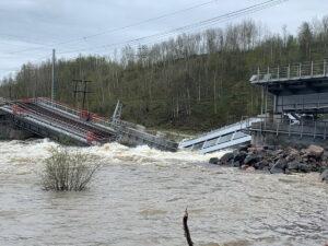 Железнодорожный мост рухнул под Мурманском